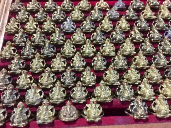 チェンマイサンデーマーケットワットプラシン入り口付近で売っているガネーシャのリング