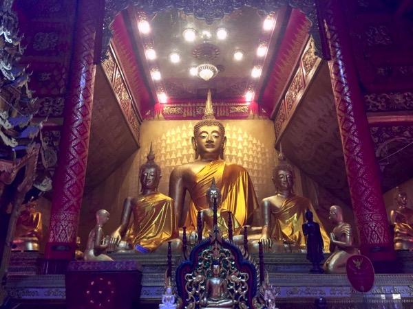 ワットシースパンの本堂に安置されている仏像