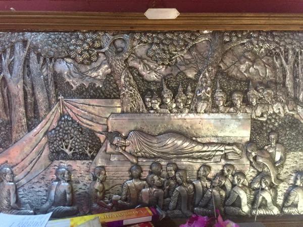 ワットシースパンの本堂に飾られている銀細工の壁画