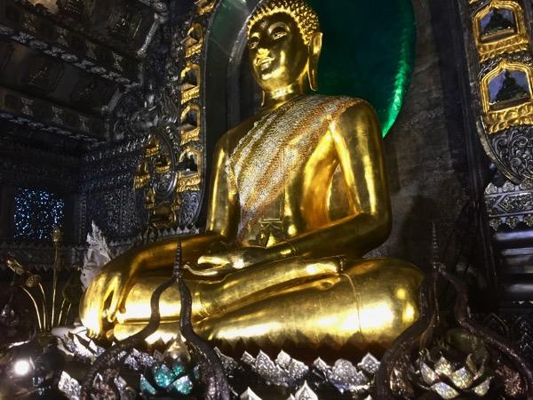 ワットシースパンの仏堂に安置されている仏像の左足の弾痕