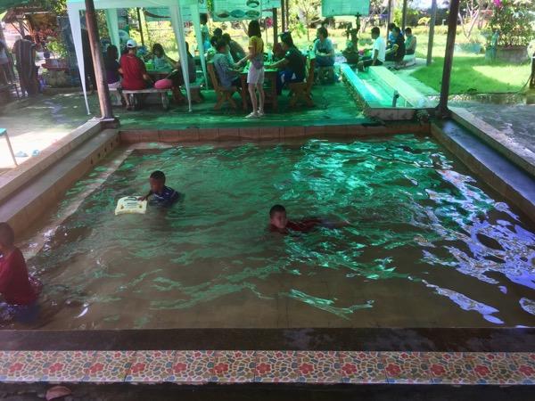 ランーパーン県のボー・ナームローン温泉の温水プール