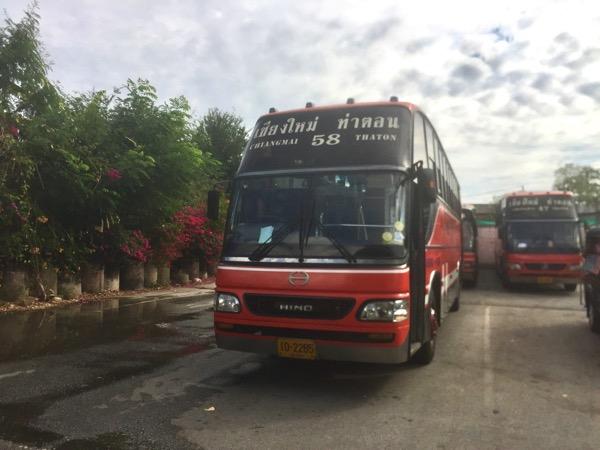 チェンマイ第一バスターミナルのタートン行きの路線バス