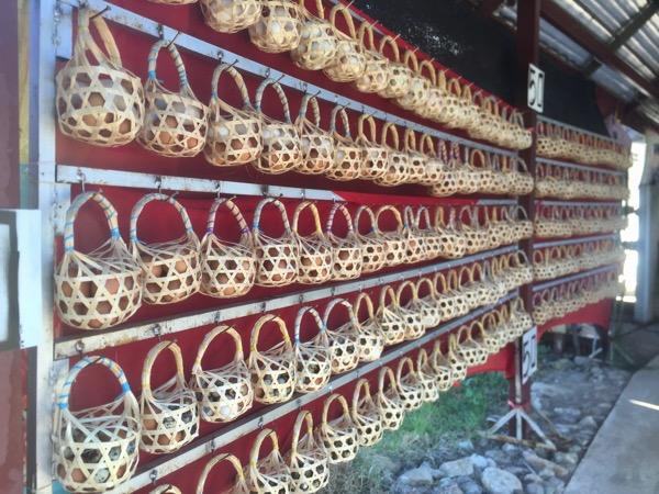 メーチョーク温泉の卵が入ったカゴ