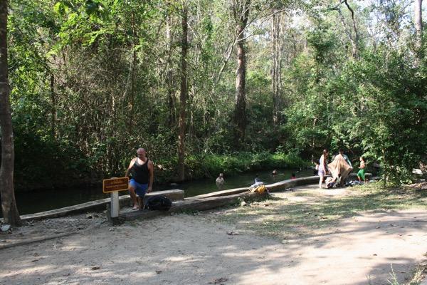 ター・パーイ温泉の野湯を楽しむタイ人の家族連れ