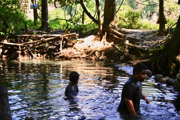 サイ・ガーム温泉の野湯を楽しむタイ人