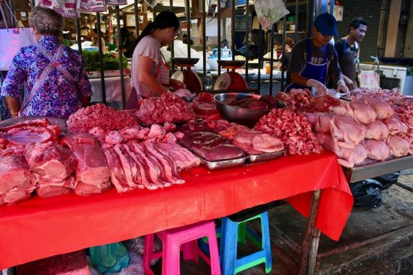 ムアンマイ市場で売っている生肉