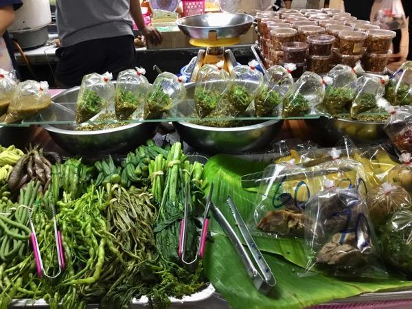 チェンマイタニン市場の惣菜豚の激うまディップ