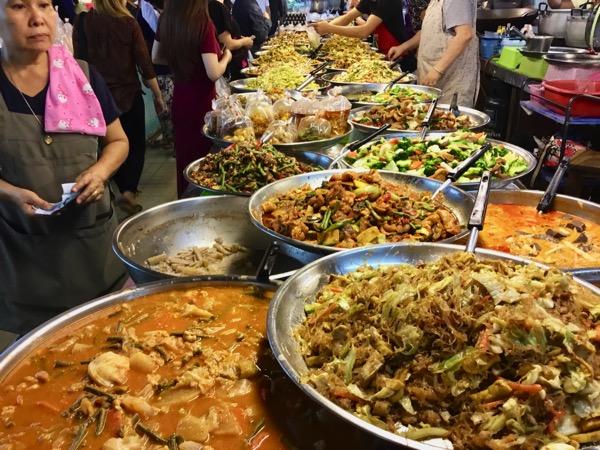 チェンマイタニン市場の惣菜売り場