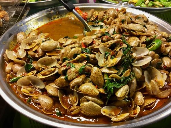 チェンマイタニン市場のイヨスダレとバジルのピリ辛炒め