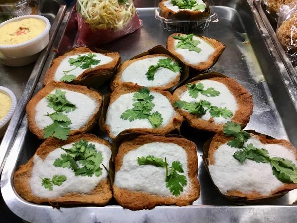 チェンマイタニン市場の惣菜豚の雷魚の葉蒸し
