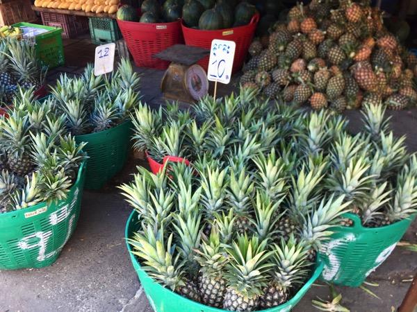ムアンマイ市場のパイナップル