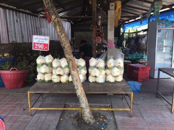 ムアンマイ市場のココナッツジュース