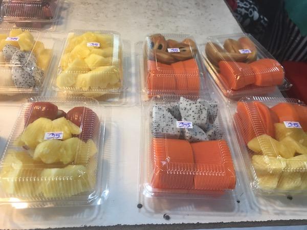 タニン市場のカットフルーツ