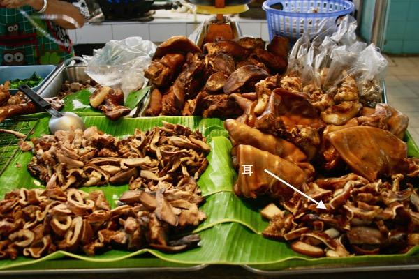 チェンマイタニン市場の惣菜豚の顔の煮込み