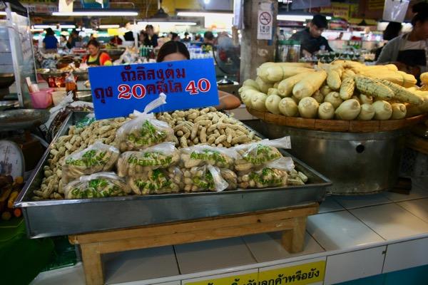 チェンマイタニン市場の濡れピーナッツ