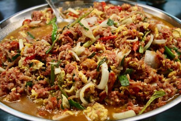 チェンマイタニン市場の惣菜ネームパットカイ