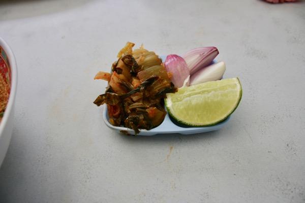 カオソーイムスリムのカオソーイの付け合わせ-唐辛子高菜・ライム・赤わけぎ