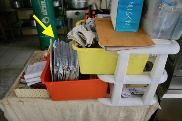 カオソーイイスラムの調理場の脇にどっさり置いてあるメニューブック