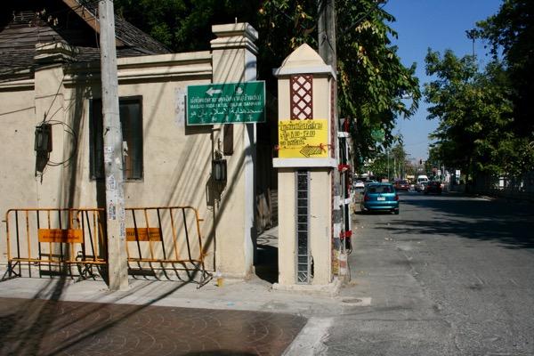 カオソーイイスラムがあるソイチャルンパラテートのチャルンパラテート通り側の入り口
