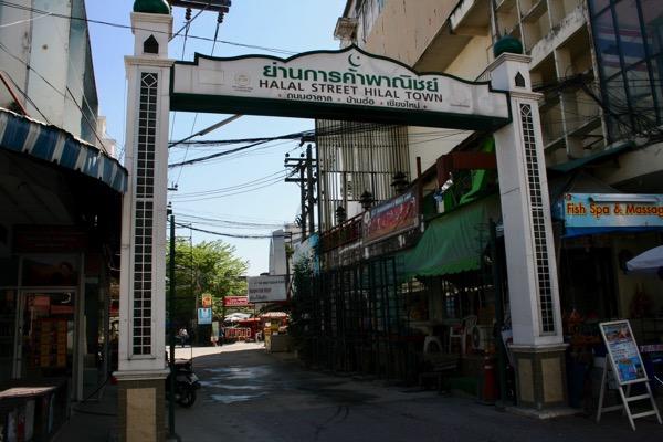 カオソーイイスラムがあるソイチャルンパラテートのナイトバザールストリート側の入り口