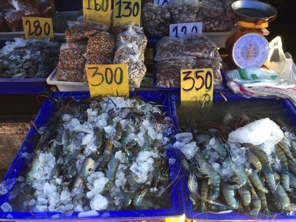 ムアンマイ市場で売っているエビ