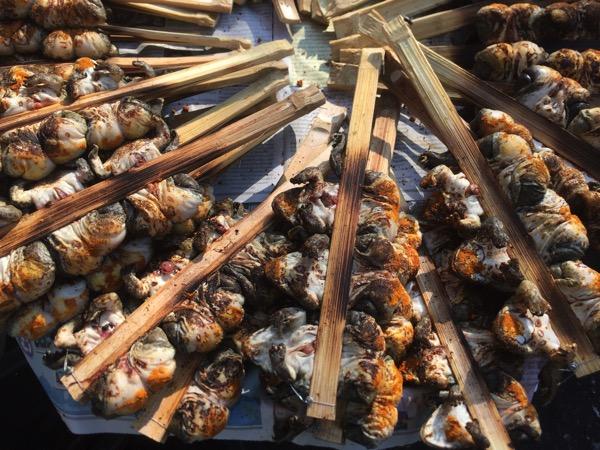 ムアンマイ市場で売っているカエルの串焼き