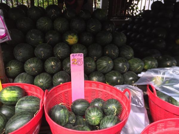 ムアンマイ市場のスイカ