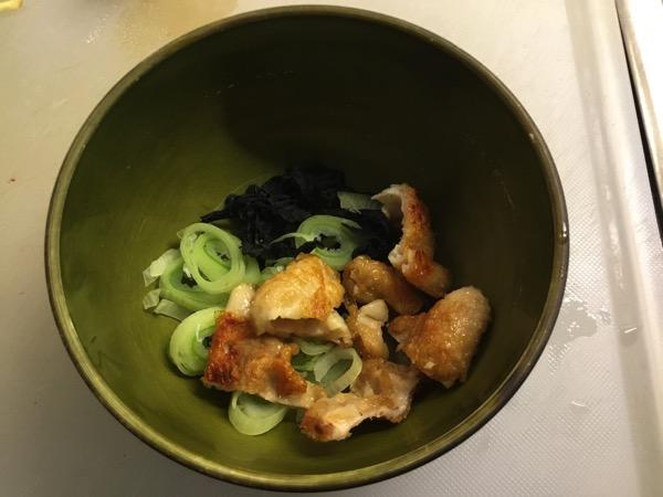 カリカリの鶏皮とネギと乾燥わかめが具材の鳥スープ