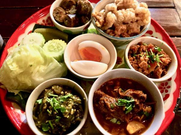 オーディップムアンという北タイ料理のオードブル盛り合わせ