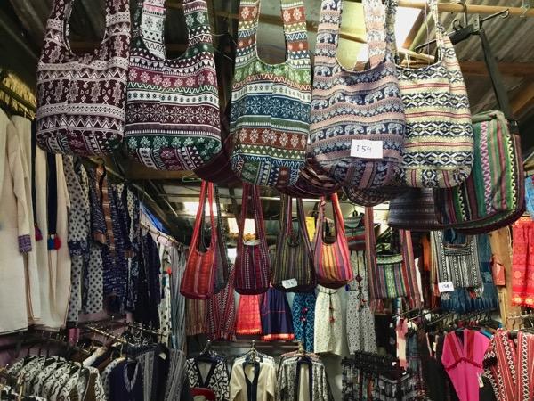 モン族村の土産屋で売っている柄物のカバン