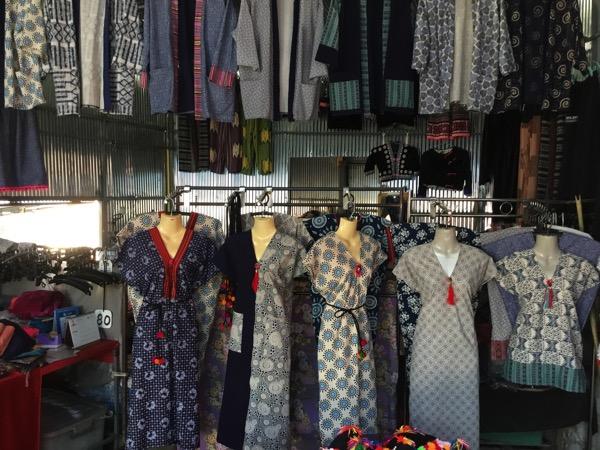 モン族村の土産屋で売っている民族衣装