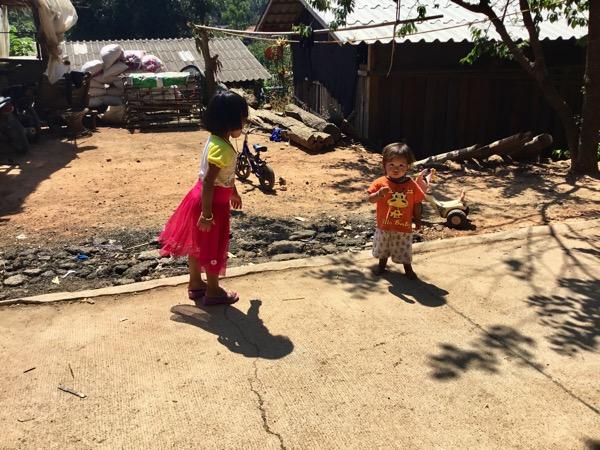 軒先で遊ぶモン族の子ども
