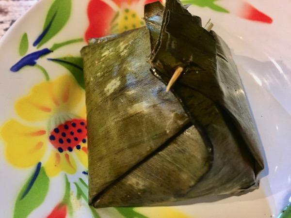 鶏肉と野菜をカレーで味付けしバナナの葉で包んで蒸したタイ北部の家庭料理