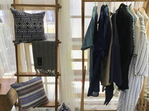 バーンカーンワットのMai-ni-jiの店内に飾られている洋服