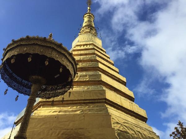 ワット・プラタートチョーヘーの八角形の仏舎利塔(高さ33m幅11m)