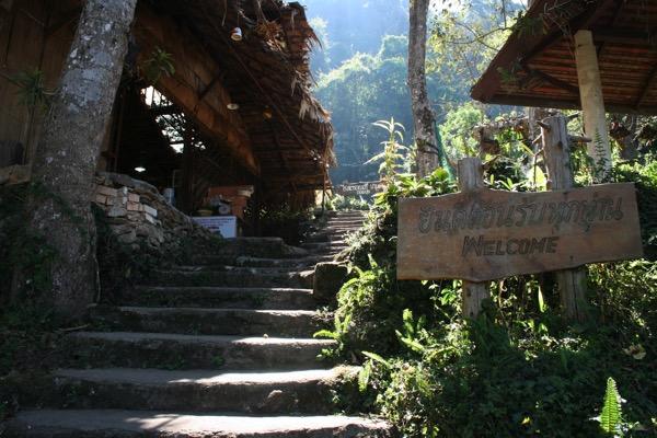 モン族の村のHmong Doi Pui Family Coffeeの入り口