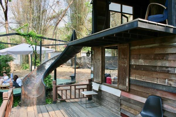 チェンマイNo. 39 cafeの木造二階建ての小屋の滑り台