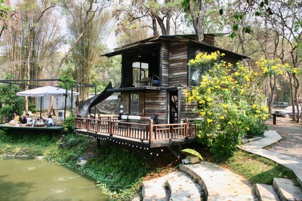 チェンマイNo. 39 cafeの木造二階建ての小屋