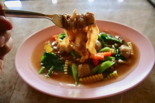チェンマイのジョークソンペットのあんかけタイラーメンの麺