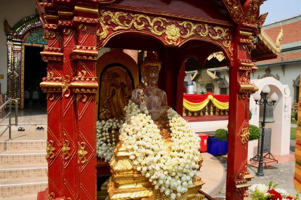 ソンクラン(タイの旧正月)の時期に中央礼拝堂の前に祀られているプラセータンカマニーとプラスィラー