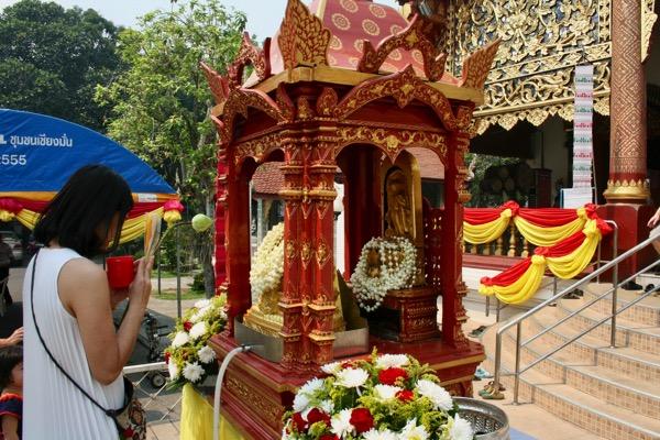 ソンクラン(タイの旧正月)の時期に中央礼拝堂の前に祀られているプラセータンカマニーとプラスィラーに参拝するタイタイ人