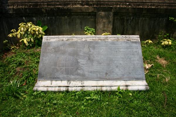 ワット・チェンマン布薩堂の脇にある碑文