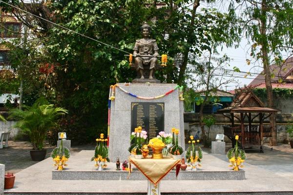 ゾウの仏塔の正面にあるマンラーイ王の銅像