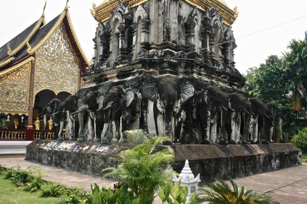 仏塔の基壇の周りに立ち並ぶ15頭の象