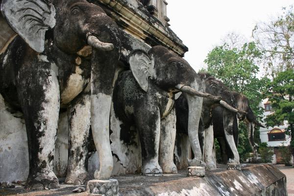 ワット・チェンマンの15頭の象が支える仏塔