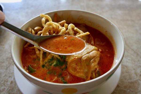 チェンマイのジョークソンペットのカオソーイのスープ