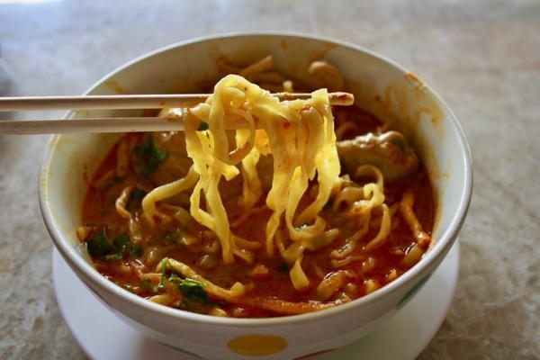 チェンマイのジョークソンペットのカオソーイの麺