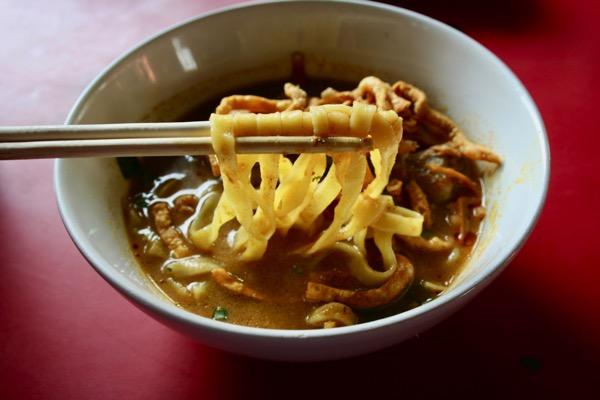 カオソーイラムドゥアン3号店の鳥のカオソーイの麺