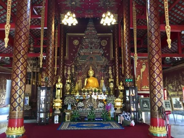 チェンマイワット・チェンマンの礼拝堂の中央の祭壇に鎮座するブッタ