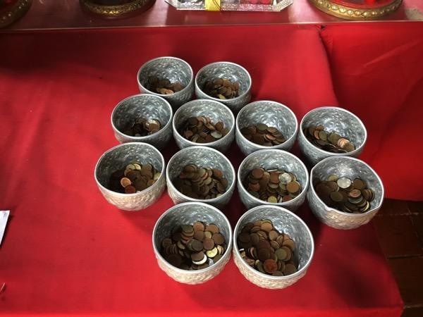 ワットパンタオの108個の鉢に参拝するための硬貨が入った器